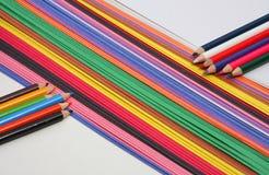 Farbige Bleistifte und schwere Papiere Stockfotografie