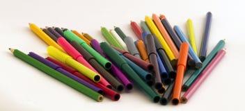 Farbige Bleistifte und Stifte Stockfotos