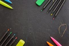 Farbige Bleistifte und Stifte Lizenzfreie Stockfotos