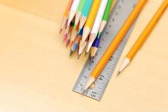 Farbige Bleistifte und Tabellierprogramm Lizenzfreie Stockbilder