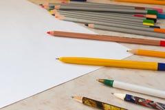 Farbige Bleistifte und weißes Blatt Papier Lizenzfreie Stockbilder