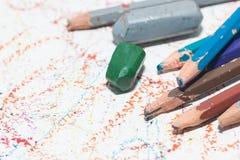 Farbige Bleistifte und Zeichenstift Stockbild