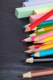 Farbige Bleistifte und Zeichenstifte Stockfotos