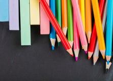 Farbige Bleistifte und Zeichenstifte Stockfoto