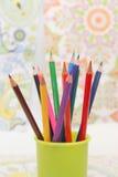Farbige Bleistifte und Zeichnung Stockbilder