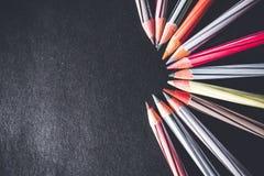Farbige Bleistifte vereinbart auf der rechten Seite Schließen Sie oben und ein halbrundes Muster machen Lizenzfreie Stockfotos