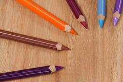 Farbige Bleistifte vereinbart auf weißem Hintergrund Lizenzfreies Stockbild