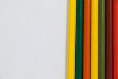Farbige Bleistifte vereinbart auf weißem Hintergrund Lizenzfreies Stockfoto