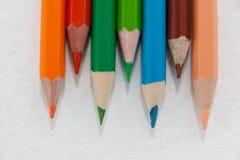 Farbige Bleistifte vereinbart auf weißem Hintergrund Stockfoto