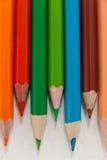 Farbige Bleistifte vereinbart auf weißem Hintergrund Lizenzfreie Stockfotografie