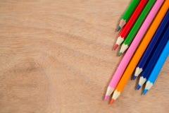 Farbige Bleistifte vereinbart in der diagonalen Linie Stockfoto