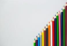 Farbige Bleistifte vereinbart in der diagonalen Linie Lizenzfreies Stockbild
