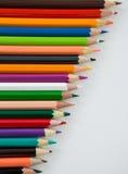 Farbige Bleistifte vereinbart in der diagonalen Linie Stockfotos