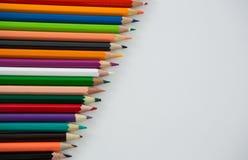 Farbige Bleistifte vereinbart in der diagonalen Linie Stockbild
