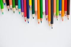 Farbige Bleistifte vereinbart in einem gewellten Profil Stockfoto
