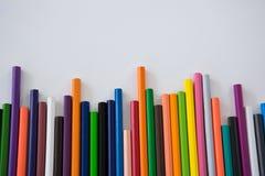 Farbige Bleistifte vereinbart in einem gewellten Profil Stockfotografie