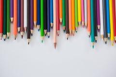 Farbige Bleistifte vereinbart in einem gewellten Profil Lizenzfreies Stockbild