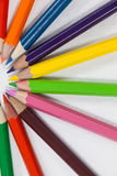 Farbige Bleistifte vereinbart in einem Halbrund Lizenzfreie Stockbilder
