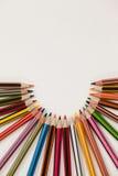 Farbige Bleistifte vereinbart in einem Halbrund Stockbild