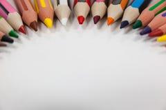 Farbige Bleistifte vereinbart in einem Halbrund Lizenzfreie Stockfotografie