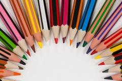 Farbige Bleistifte vereinbart in einem Halbrund Stockfotos
