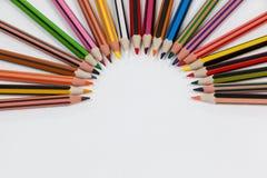 Farbige Bleistifte vereinbart in einem Halbrund Lizenzfreies Stockfoto