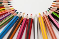 Farbige Bleistifte vereinbart in einem Halbrund Stockbilder