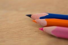 Farbige Bleistifte vereinbarten in der diagonalen Linie auf hölzernem Hintergrund Stockfotos
