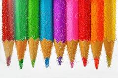 Farbige Bleistifte versunken im Wasser Stockfotografie