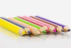 Farbige Bleistifte von verschiedenen Farben Lizenzfreie Stockfotos