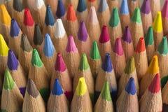 Farbige Bleistifte von verschiedenen Farben, Abschluss oben Lizenzfreies Stockbild