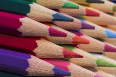 Farbige Bleistifte von verschiedenen Farben, Abschluss oben Lizenzfreie Stockfotos