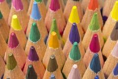 Farbige Bleistifte von verschiedenen Farben, Abschluss oben Stockfotos