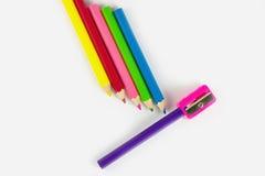 Farbige Bleistifte von verschiedenen Farben und von Bleistiftspitzer Stockbild