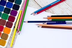 Farbige Bleistifte, Wasserfarben und Papier Stockbild