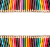 Farbige Bleistifte in zwei Reihen auf einem weißen Hintergrund Lizenzfreies Stockbild