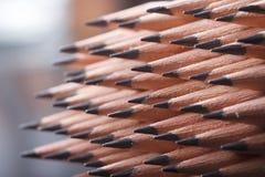 farbige Bleistiftnahaufnahme auf einem dunklen Hintergrund Stockbild
