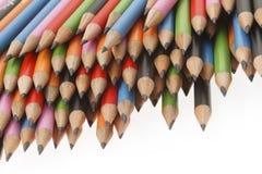 farbige Bleistiftnahaufnahme auf einem dunklen Hintergrund Stockfotografie