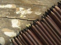 farbige Bleistiftnahaufnahme auf einem dunklen Hintergrund Stockfotos