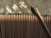 farbige Bleistiftnahaufnahme auf einem dunklen Hintergrund Lizenzfreie Stockfotos