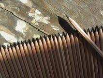 farbige Bleistiftnahaufnahme auf einem dunklen Hintergrund Stockfoto