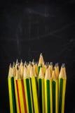 farbige Bleistiftnahaufnahme auf einem dunklen Hintergrund Stockbilder