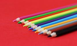 Farbige Bleistiftpastelle auf einem Farbhintergrund lokalisiert Lizenzfreies Stockfoto