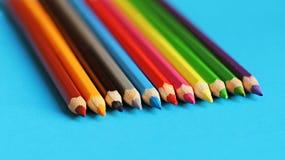 Farbige Bleistiftpastelle auf einem Farbhintergrund lokalisiert Lizenzfreies Stockbild