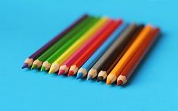 Farbige Bleistiftpastelle auf einem Farbhintergrund lokalisiert Lizenzfreie Stockfotografie