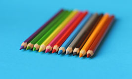 Farbige Bleistiftpastelle auf einem Farbhintergrund lokalisiert Stockfoto