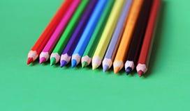 Farbige Bleistiftpastelle auf einem Farbhintergrund lokalisiert Stockbild