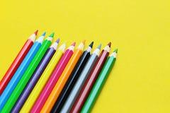 Farbige Bleistiftpastelle auf einem Farbhintergrund lokalisiert Lizenzfreie Stockbilder
