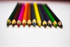 Farbige Bleistiftreihe auf weißem Hintergrund Stockfoto