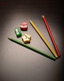 Farbige Bleistiftspitzer und Bleistifte Lizenzfreie Stockbilder